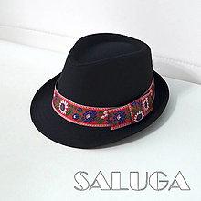Čiapky - Folklórny klobúk - čierny - ľudový - červená folklórna stuha - 13461911_