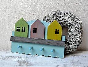 Nábytok - Drevený vešiačik - Farebné domčeky - 13461757_