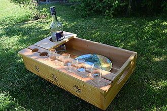Nádoby - Drevený servírovací podnos na fľašu alkoholu a 6 štamprlíkov - 13463108_