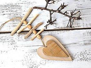 Dekorácie - Závesná dekorácia - drevená so srdiečkom - 13464237_