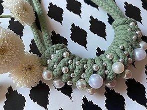 Náhrdelníky - Zelenkavý zamotaný náhrdelník pošitý perlami - 13467448_