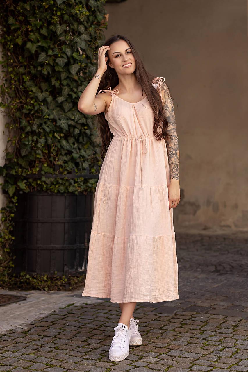Mušelínové šaty v marhuľovej farbe