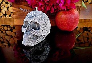 Svietidlá a sviečky - Sviečka lebka s ornamentami, šedočierna - 13472254_