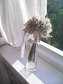 Dekorácie - Svadobná kytička z prírodných kvietkov + svadobné pierko... len Ty a ja ... - 13473724_