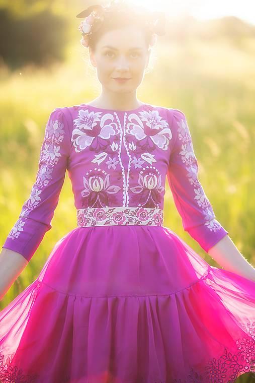 krátke fialové šaty Zámutovské kvety