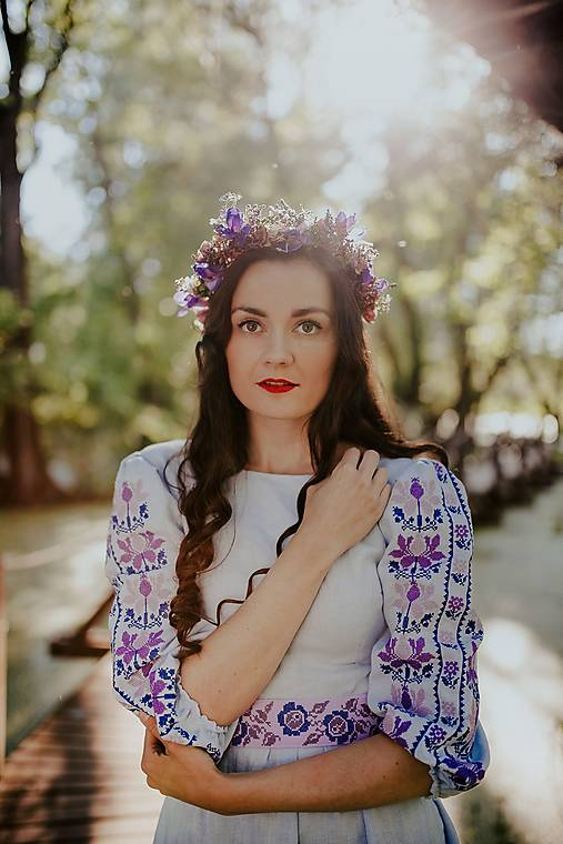 Modré vyšívané šaty Zámutovské kvety