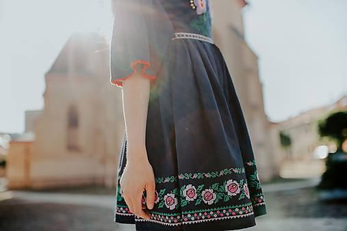tmavomodré šaty Zámutovské kvety