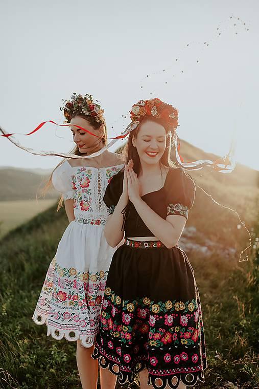 čierna vyšívaná sukňa Zámutovské kvety