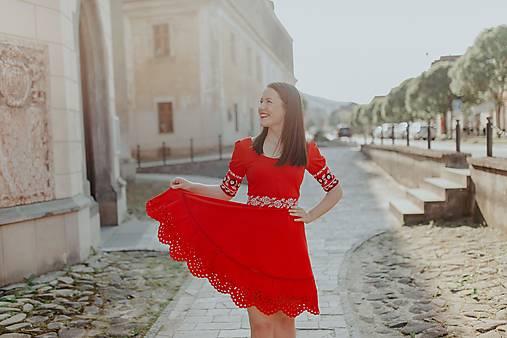 červené madeirové šaty Zámutovské kvety