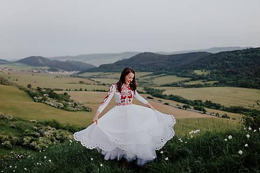 biele šifónové šaty Zámutovské kvety