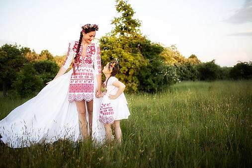 krátke vyšívané šaty s vlečkou Zámutovské kvety