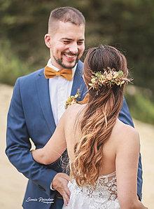 Ozdoby do vlasov - Svadobný set nevesta a ženích horčicový (polvenček, zamatový motýlik a vreckovka, pierko) - 13476756_
