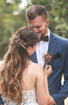 Ozdoby do vlasov - Svadobný set nevesta a ženích hnedý (polvenček, zamatový motýlik a vreckovka, pierko) - 13476789_