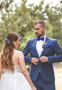 Ozdoby do vlasov - Svadobný set nevesta a ženích modrý (polvenček, zamatový motýlik a vreckovka, pierko) - 13476813_