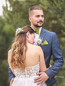 Ozdoby do vlasov - Svadobný set nevesta a ženích hráškovo-zelený(hrebienok, zamatový motýlik a vreckovka, pierko) - 13476846_