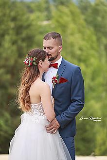 Ozdoby do vlasov - Svadobný set nevesta a ženích červený (polvenček, zamatový motýlik a vreckovka, pierko) - 13477403_