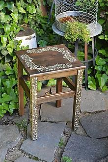 Nábytok - Drevený stolík s ornamentovými nohami - 13476068_