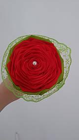 Dekorácie - Červená ruža v bielom kornútku - 13481410_