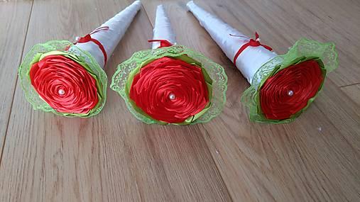 Červená ruža v bielom kornútku