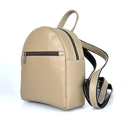 Batohy - Moderný mini ruksak z pravej kože v hnedej farbe - 13482550_