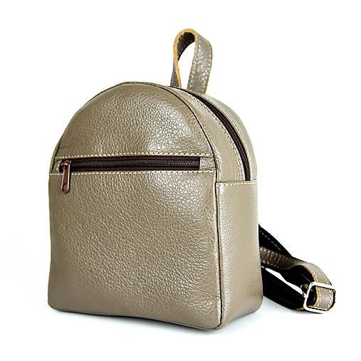 Batohy - Moderný mini ruksak z pravej kože v khaki farbe - 13482591_