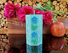 Svietidlá a sviečky - Sviečka tyrkysovo-zelená s kvietkami, osemuholník - 13486141_