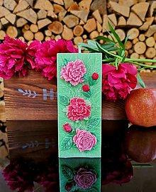 Svietidlá a sviečky - Sviečka zelená s kvietkami, štvorhran - 13486202_