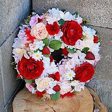Dekorácie - Veniec na dvere s jahodami, ružami a pivonkami, červený, krémový - 13497867_
