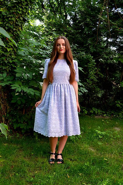 Madeirové prúžkované šaty s riasenou sukňou