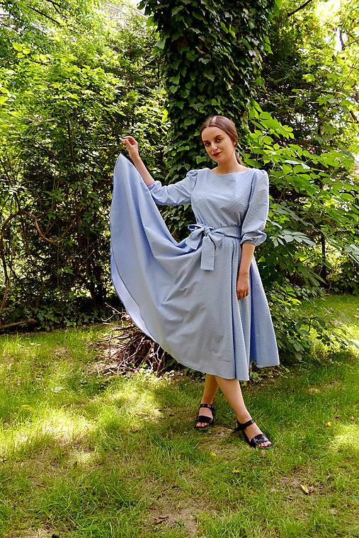 Šaty z  nadýchanej bavlny s bodkovanou štruktúrou – zamračená modrá