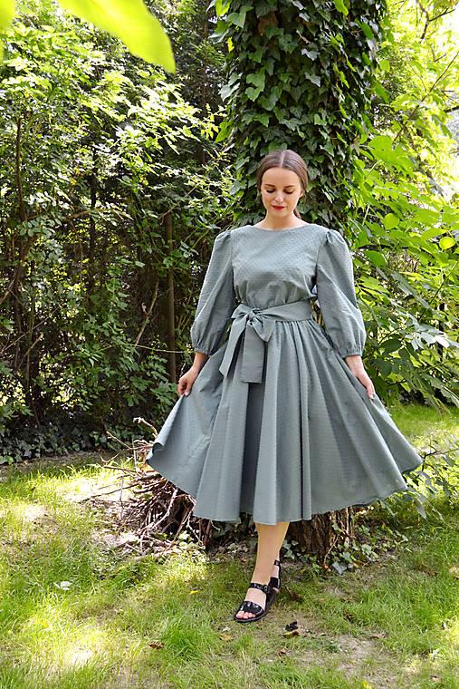 Šaty z  nadýchanej bavlny s bodkovanou štruktúrou – eukalyptová
