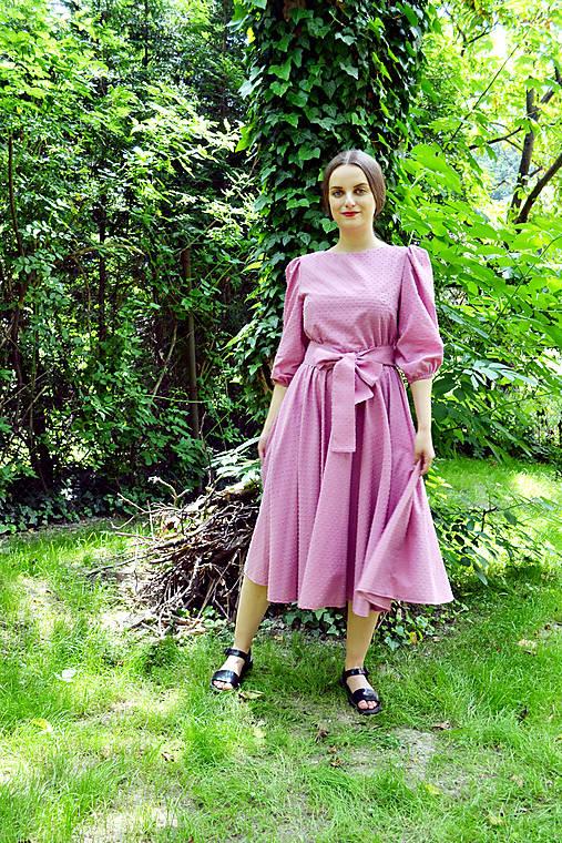 Šaty z  nadýchanej bavlny s bodkovanou štruktúrou – temne ružová