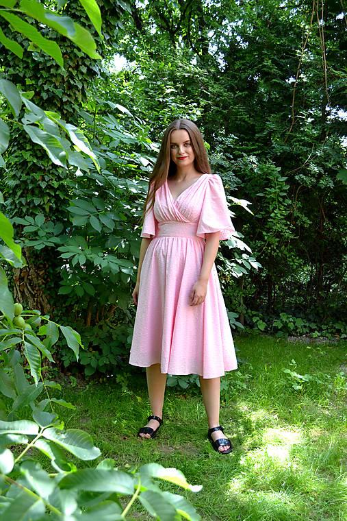 Madeirové šaty  s riaseným vrškom, výrazným pásom a riasenou sukňou  - ružové