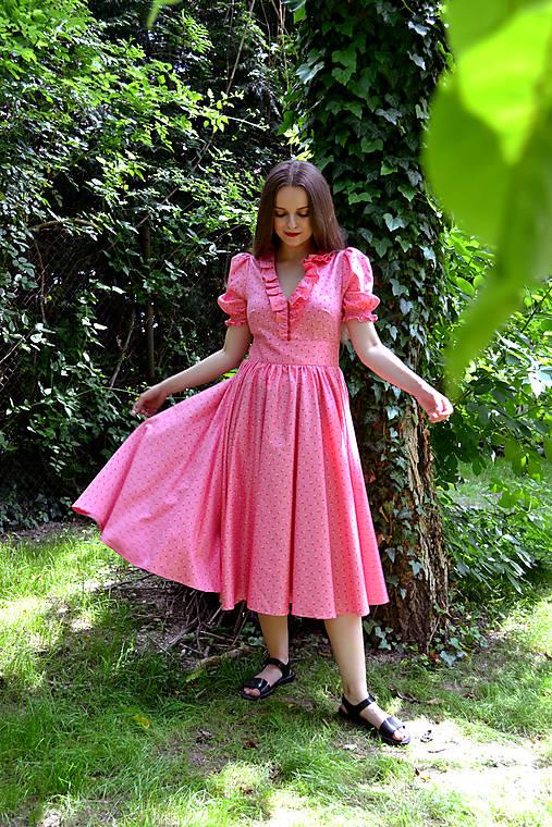 Sladko ružové šaty s kvietkami, volánikom a riasenou sukňou
