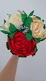 Dekorácie - Kytica ruží zo stúh v kornútku - 13513934_