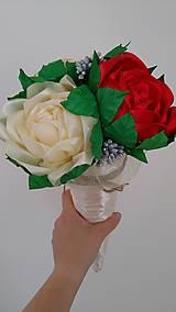 Dekorácie - Kytica ruží zo stúh v kornútku - 13513948_