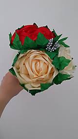 Dekorácie - Kytica ruží zo stúh v kornútku - 13513952_