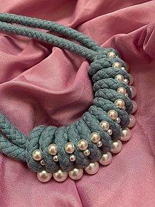 Náhrdelníky - Modrý uzlovaný náhrdelník pošitý perlami - 13519620_