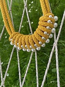 Náhrdelníky - Zamotaný náhrdelník pošitý perlami - hořčicový - 13519624_