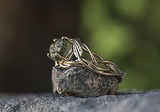 Prstene - Snubáčik s lístkami / v bielom zlate s vltavínom/ - 13524433_