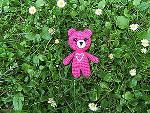 Hračky - Milý háčkovaný mini-macko so srdiečkom (ružový) - 13538638_