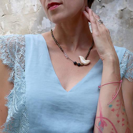 Drobný vtáčik/lávový kameň, kryštál a sklenené korálky/náhrdelník