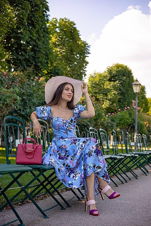 Korzetové šaty s kvetmi, rukávmi a kruhovou sukňou