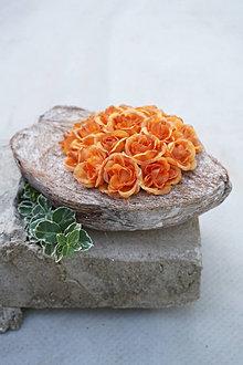 Dekorácie - Aranžmán z drobných ružičiek - 13557781_