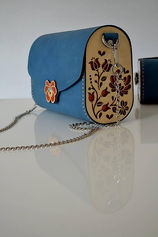Drevená folk kabelka kožená Dorka a kvety Odzuzičky (Svetlomodrá crazy horse)