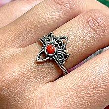Prstene - Antique Silver Red Coral Ring / Vintage prsteň s červeným koralom - 13561428_