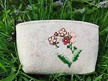 Peňaženky - Vyšívaná peňaženka - lúčny kvet - 13566466_