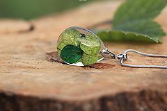 Náhrdelníky - Živicový prívesok v tvare slzy so zelenými hortenziami - 13567567_