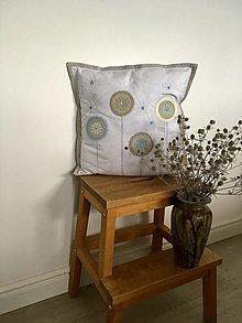 Úžitkový textil - Biely vankúš s kvietkovými aplikáciami 2 - 13569313_