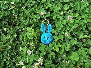 Kľúčenky - Malý háčkovaný zajko - prívesok - modrý - 13569029_